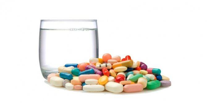 Таблетки і стакан води