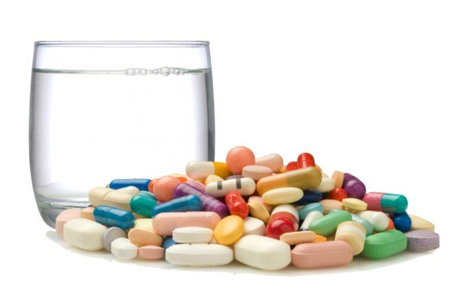 таблетки, капсули і стакан води