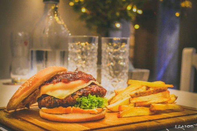 Важка їжа шкодить організму.
