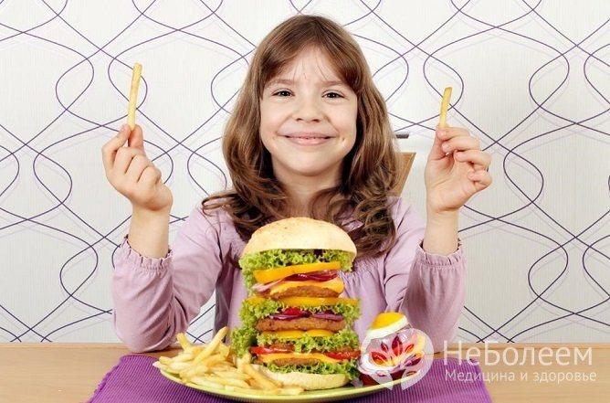 У дітей хронічний гастрит може розвиватися на тлі неправильного харчування