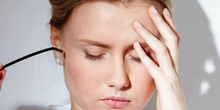 У дівчини болить голова