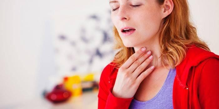 У дівчини болить горло