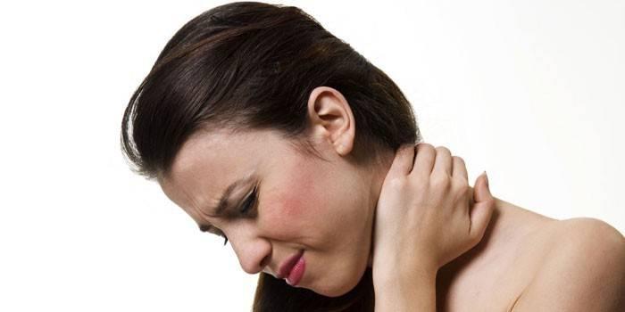 У дівчини болить шия