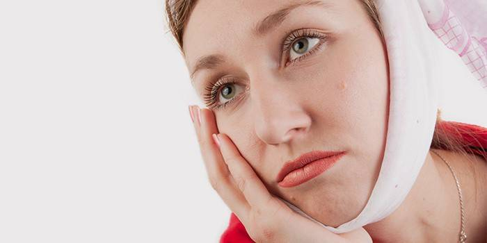 У дівчини болить зуб