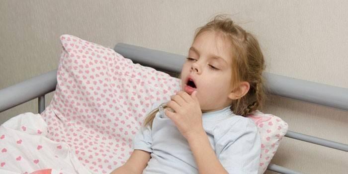 У дівчини кашель