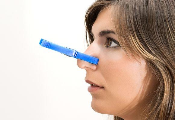 у дівчини пріщіпка на носі