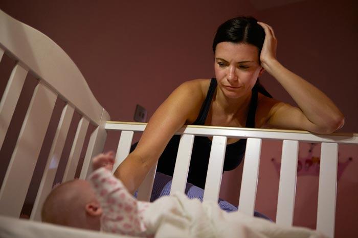 укладає новонародженого спати