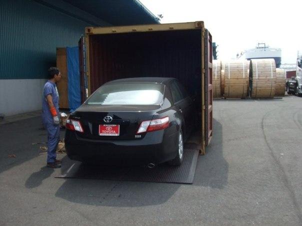 Погрузка автомобиля Toyota из Канады (в порту) купленного на аукционе