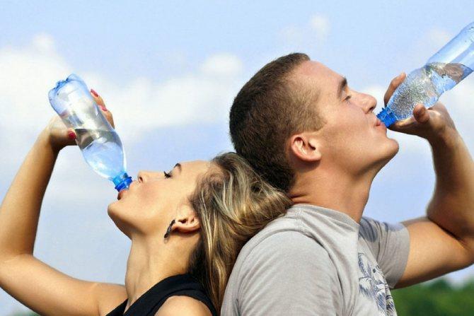 У день слід випивати не менше 2 л води