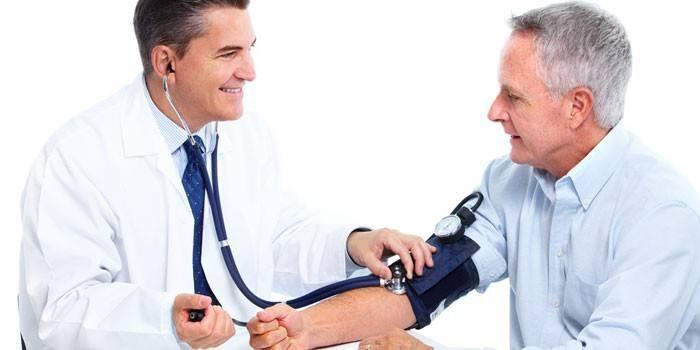Лікар вимірює чоловікові тиск пацієнтові