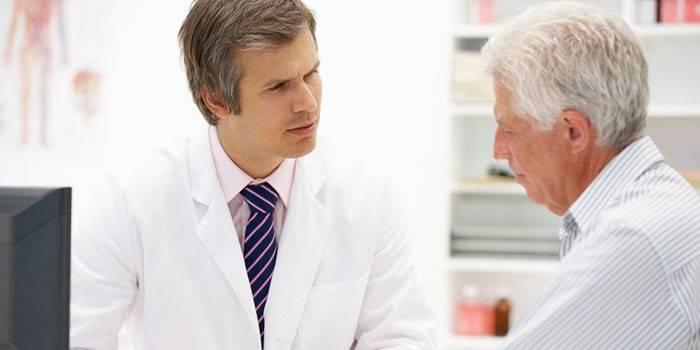 Лікар консультує пацієнта