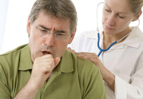 Лікар оглядає пацієнта з кашлем