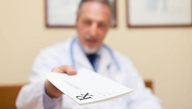 Лікар віддає рецепт