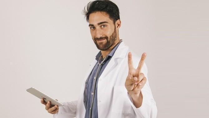 Лікар показує 2