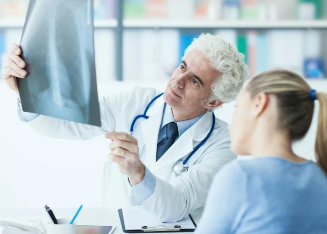 лікар-пульмонолог за роботою фото