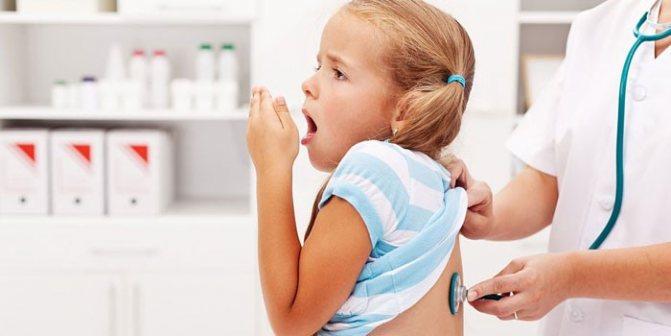 Лікар слухає легені дівчинки фонендоскопом