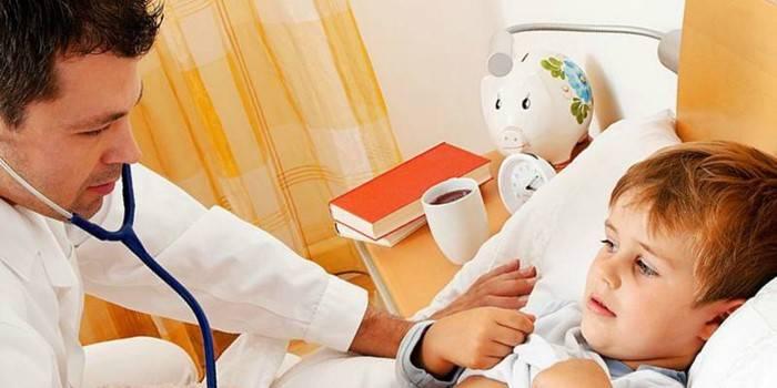 Лікар слухає легені дитини
