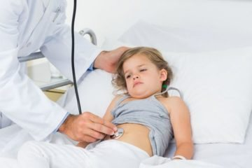 лікар слухає дитини