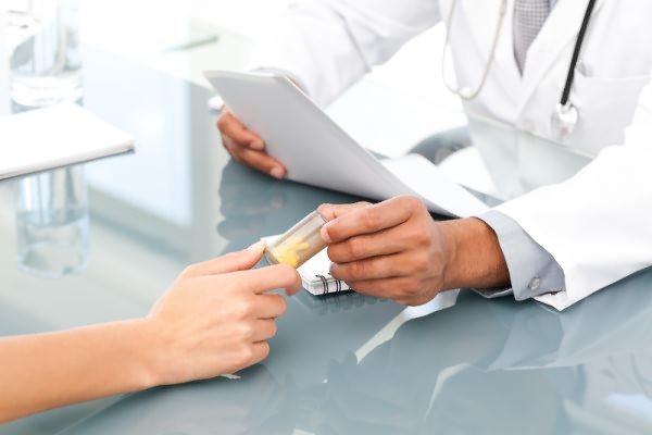 Лікар виписує ліки