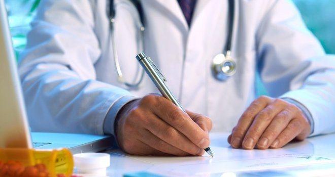 лікар запісує дані про пацієнта