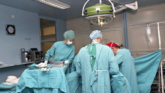 Лікарі роблять операцію