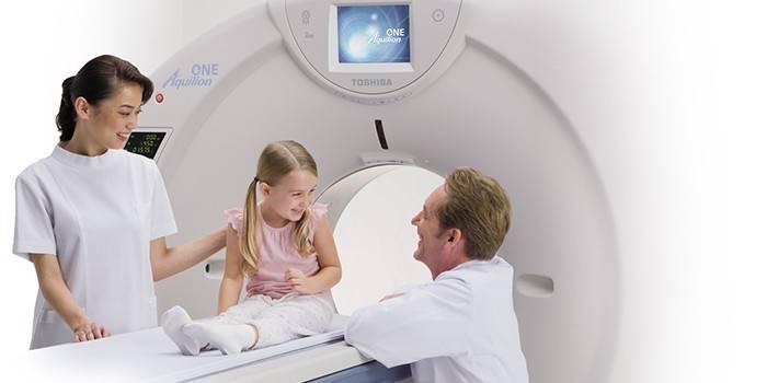 Лікарі і дівчинка в апараті МРТ
