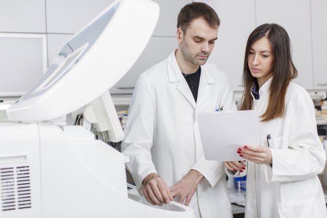 лікарі та обладнання