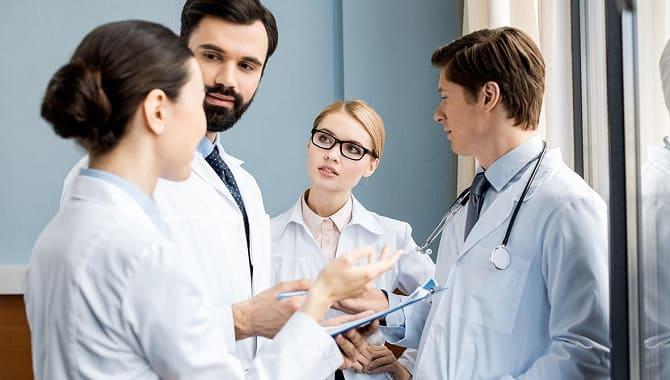 Лікарі на обговоренні