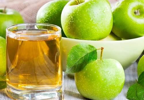 Яблука і стакан з яблучним соком