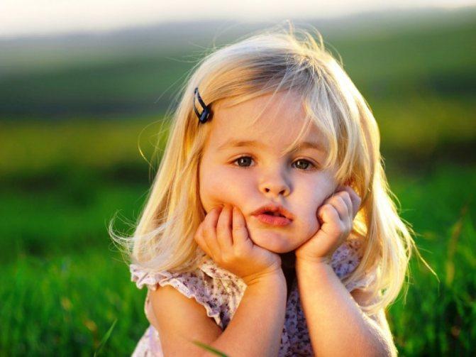 Задумліва дівчинка пріймає сонячні ванни после Нанесення лосьйон з календули