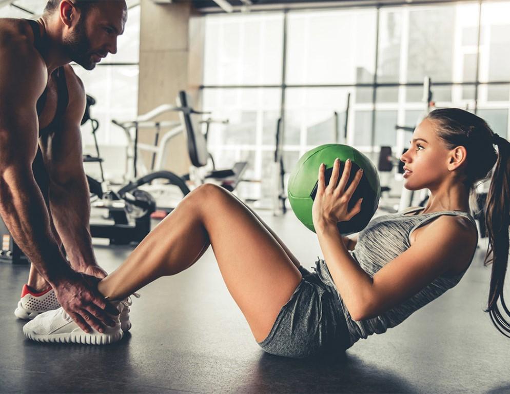 Эффективные занятия спортом с тренером в фитнес-клубе