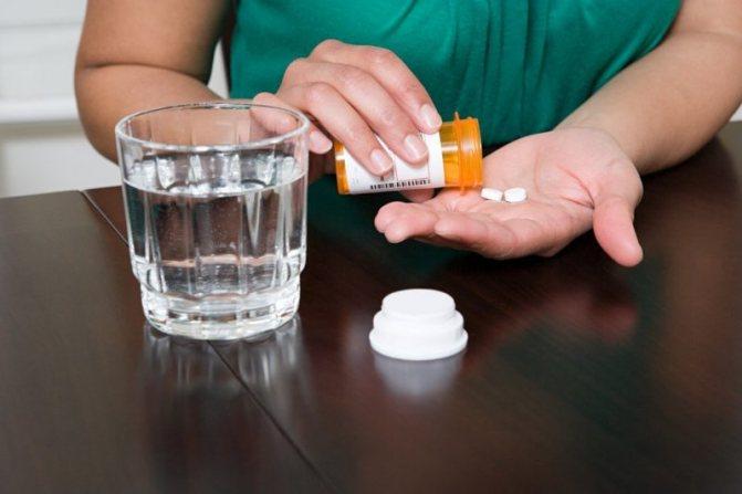 Запивати таблетки необхідно чистої негазованої водою, оскільки вона має нейтральну реакцію і є хорошим розчинником