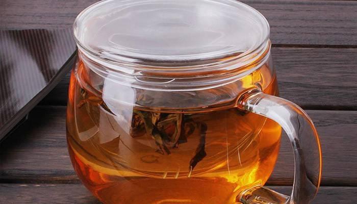 Заварений чай в чашці