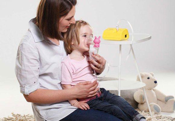 Жінка Робить дитині небулайзерну терапію