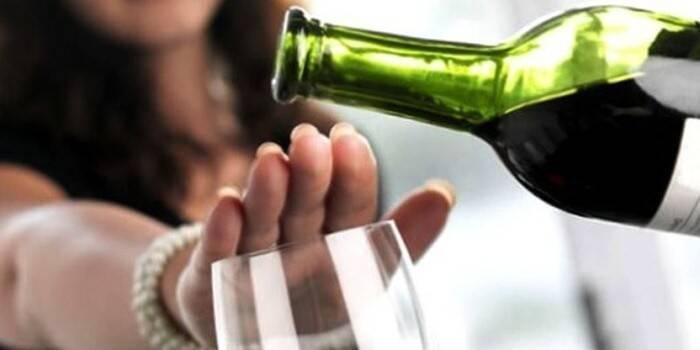 Жінка відмовляється від вина