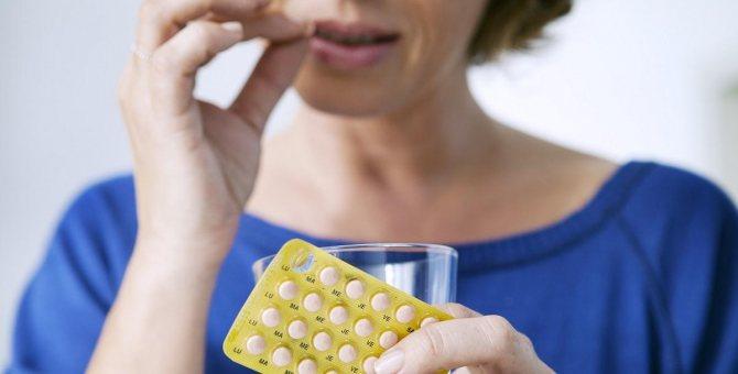 Жінка приймає гормони