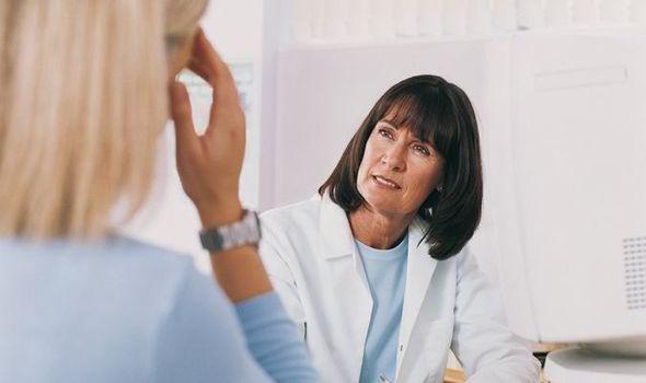 Жінка розмовляє з доктором