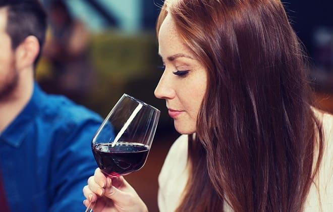 Жінка з келихом червоного вина