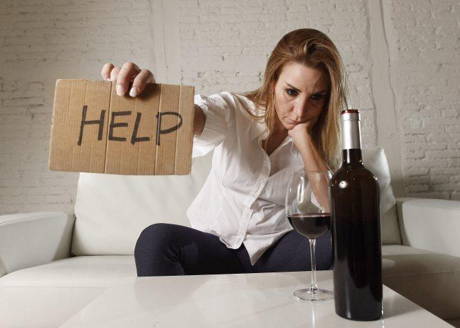 жінка з пляшкою просить про допомогу