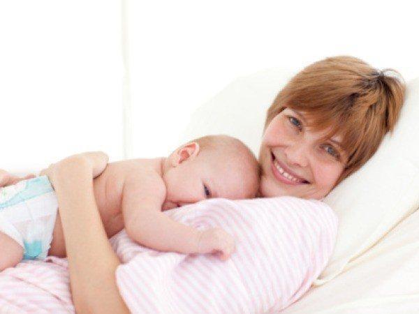 жінка з немовлям