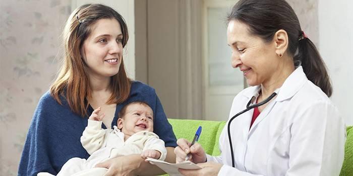 Жінка з немовлям і лікар