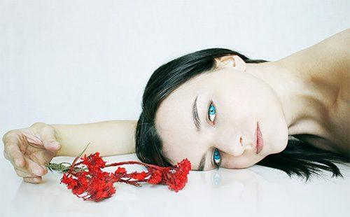 Жінка з червоною квіткою