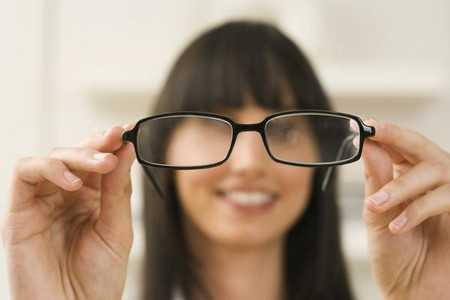 Жінка з окулярами