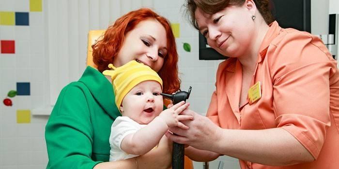 Жінка з дитиною і лікар