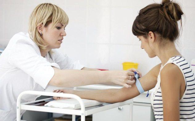 жінка здає кров на аналіз на ХГЛ