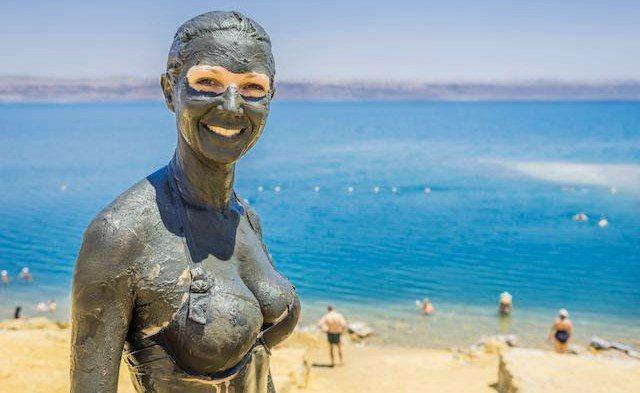 Жінка в грязі на море