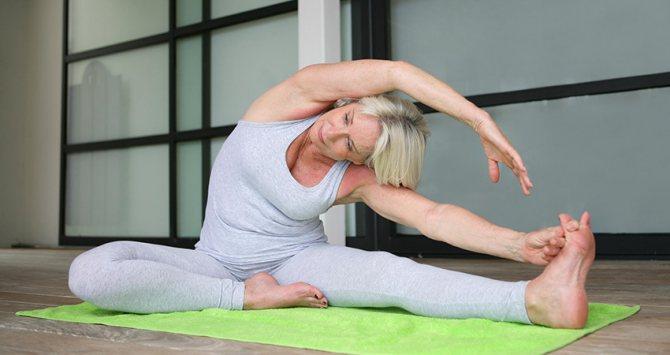 Жінка займається стретчингом